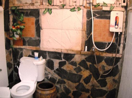 Sangthian Beach Resort: Shower/toilet