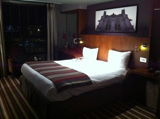 Village Hotel Manchester Ashton: bed
