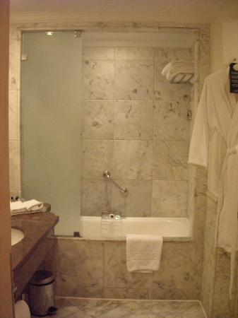 Savoy Sharm El Sheikh: Marble bathroom