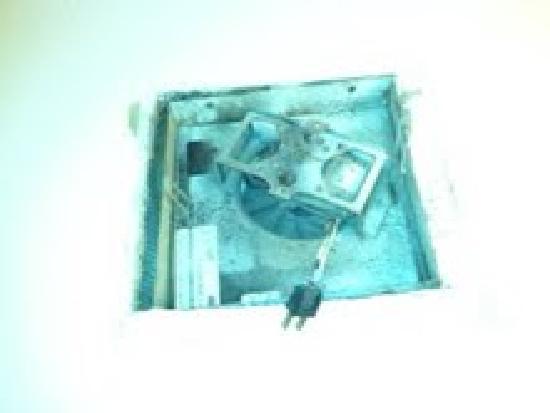 BudgetLodge Oklahoma City : This was our bathroom fan!