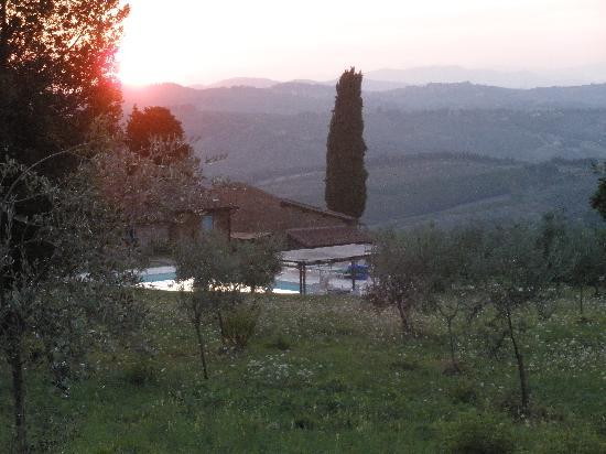 Agriturismo di Mezzano: Blick von oberhalb des Pools auf die umliegenden Hügel