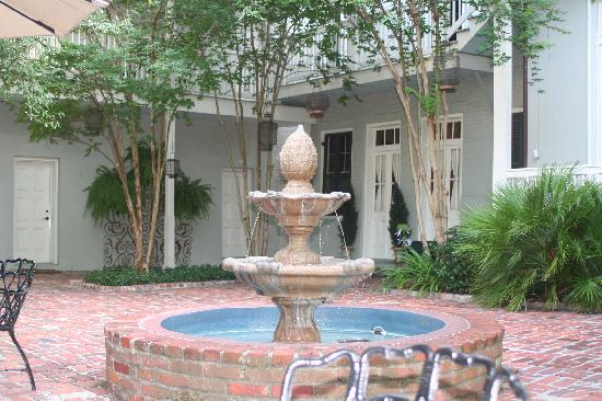 Terrell House Bed and Breakfast: Water fountain in the courtyard