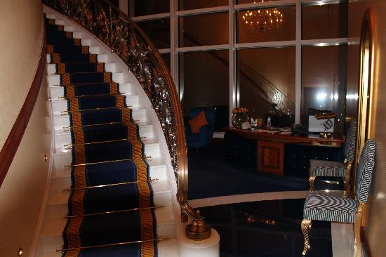 Burj Al Arab Jumeirah: Grand Staircase of Panoramic Suite