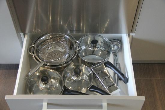Century Park Motor Lodge : Brand-new cookware