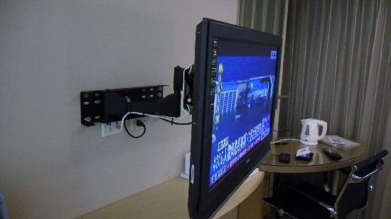 Holiday Inn Express Taoyuan: TV which can be extended and move it closer to the bed.