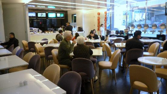 Holiday Inn Express Taoyuan: Although the dinning area is not big, variety of food is acceptable.