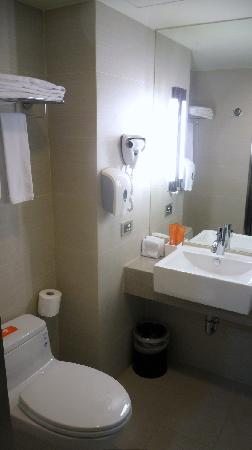 Holiday Inn Express Taoyuan: Clean bathroom.