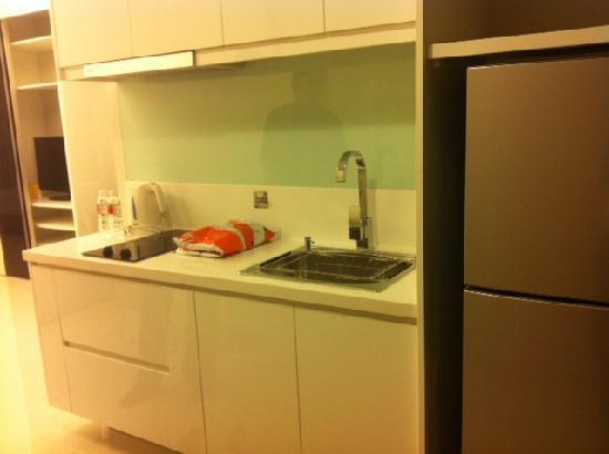 Damas Suites and Residences: Mini kitchen