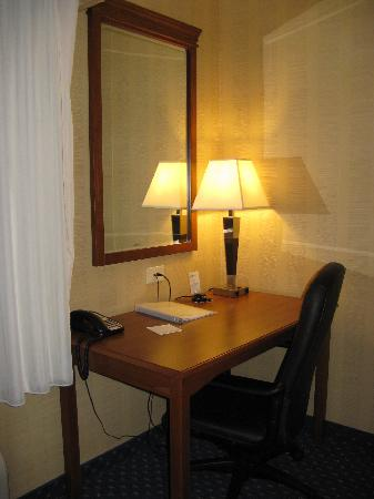 Hampton Inn Ellsworth / Bar Harbor: Ellsworth Hampton Work Desk