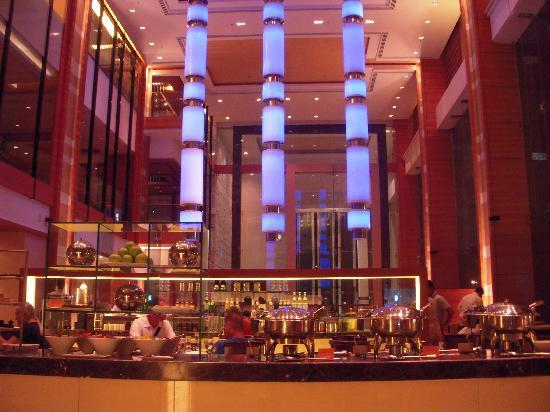 Courtyard by Marriott, Ahmedabad: The Lobby/Cafeteria