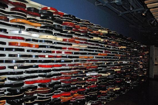A l\'entrée, tout un mur de guitares. - Picture of Hard Rock Cafe ...
