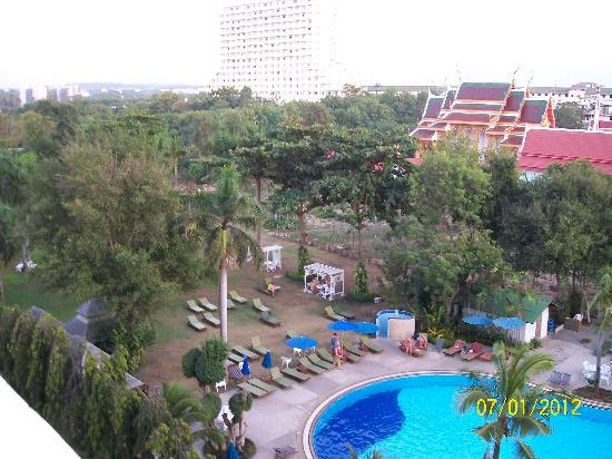 Grand Jomtien Palace: pool view
