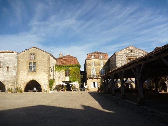 Chez Edell: Monpazier market square
