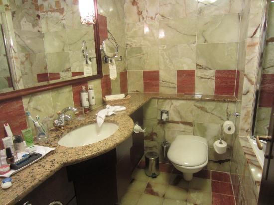 Art Deco Hotel Imperial: Bathroom - loads of hot water