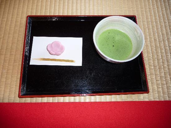 Hama Rikyu Bahçeleri: 池を望む休憩所でのお茶とお菓子