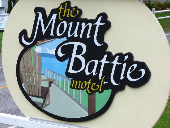Mount Battie Motel: the sign. if you know what you're looking for you can find it even at night.