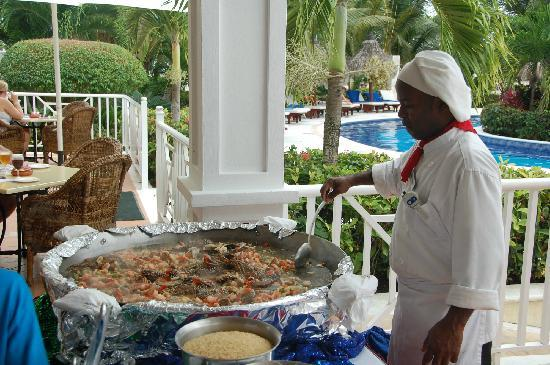Luxury Bahia Principe Cayo Levantado: Preparing the paella