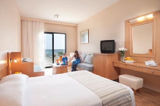 Louis Phaethon Beach: Family room