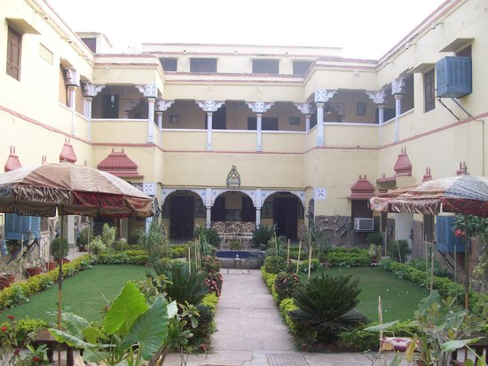 Ishwari Niwas Palace: The lovely garden in the courtyard