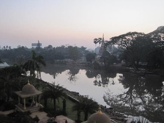 Sheik Istana Hotel: Dawn view from the room