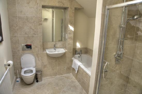 Priory Holiday Cottages: Isabella's cottage bathroom
