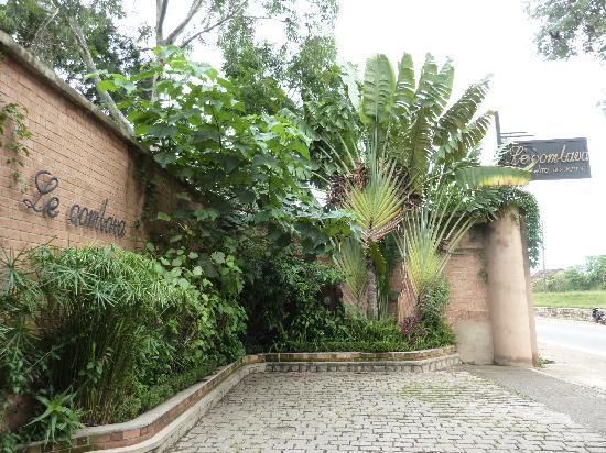 Le Combava: L'entrée de l'hôtel, à 800 m du marché artisanal de la route-Digue