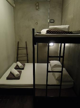 Bed Bangkok Hostel: small-ish clean room