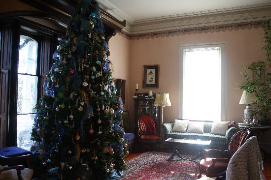 Claremont House Bed and Breakfast: Parlor