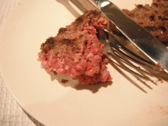 Hotel Des Neiges : raw, cold burger.