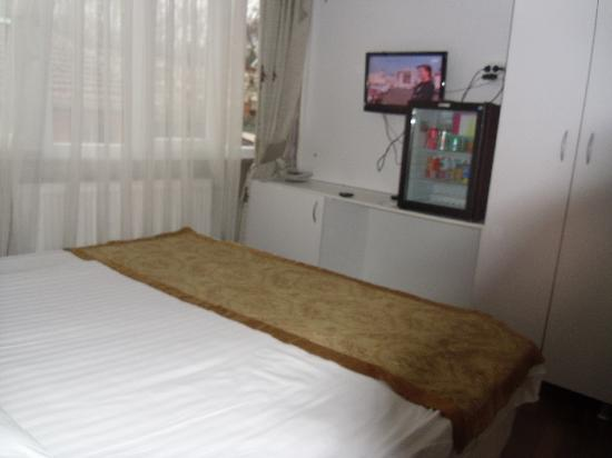 Preferred Hotel Old City: wall with tv and dressing