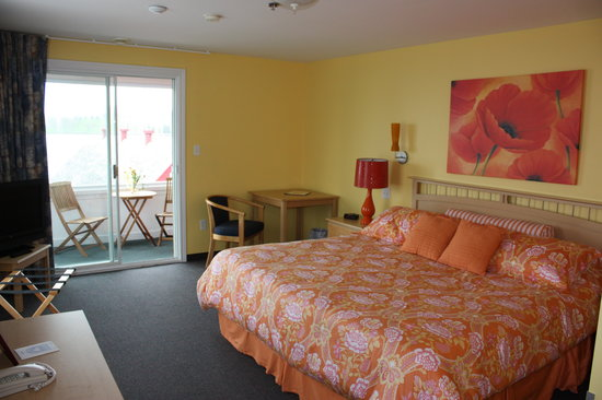 Rum Runner Inn: King size bedroom with private balcony and panoramic water view