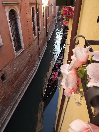Hotel San Luca: Vue de la fenêtre de notre chambre.
