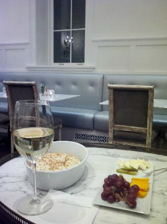 Washington School House Hotel: Apres Ski snacks and wine in front of the fireplace