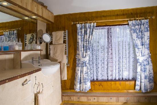 Beech Hill House: Room 3 - luxury en-suite bathroom with both bath and shower.