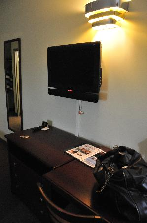 Econolodge Huntsville: desk and tv