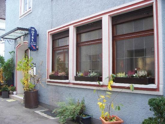 Hotel-Gasthof Schwanen: Side entrance for hotel guests