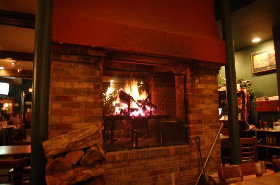 Murphy's Grand Irish Pub: Wood burning fireplace.