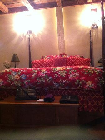 Inn at Clearwater Pond: Huge comfortable 4 poster bed