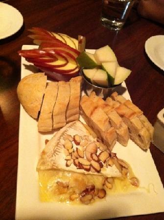 Rhoda's Restaurant: baked Brie goodness :-)