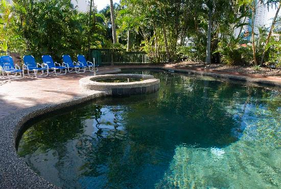 Surfers Hawaiian Apartments: Heated swimming pool