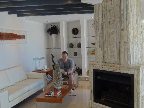 Villa Afrikana Guest Suites: relaxing in the lounge