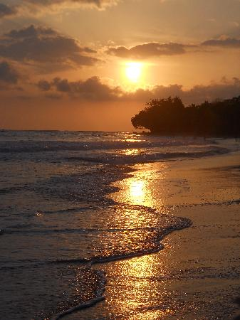 Hotel Rancho Coral : Sunset from beachfront.