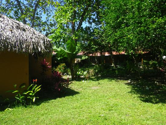 Hotel Rancho Coral: Rooms and garden.