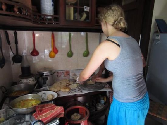 Motty's Homestay: Work out in the kitchen!