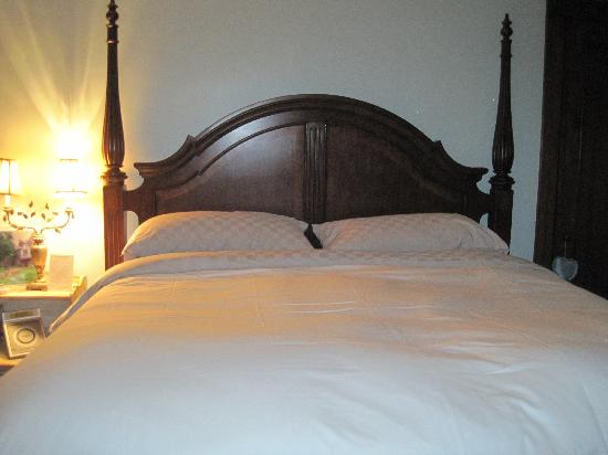 Sobotta Manor Bed & Breakfast: Very comfortable bed!