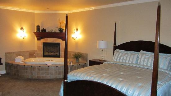Summer Creek Inn: Our sweet suite!