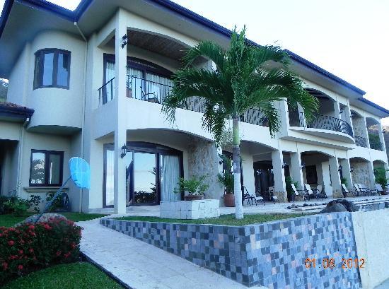 Villa Buena Onda: the back of villa and infinity pool