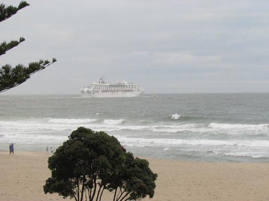 Pavilion Beachfront Boutique Hotel: Cruise ship leaving the mount