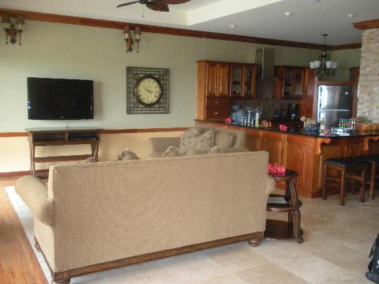 Captain Morgan's Retreat: living room area