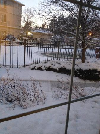 La Quinta Inn & Suites Denver Boulder - Louisville: Snowing outside. Hot tub back there somewhere.